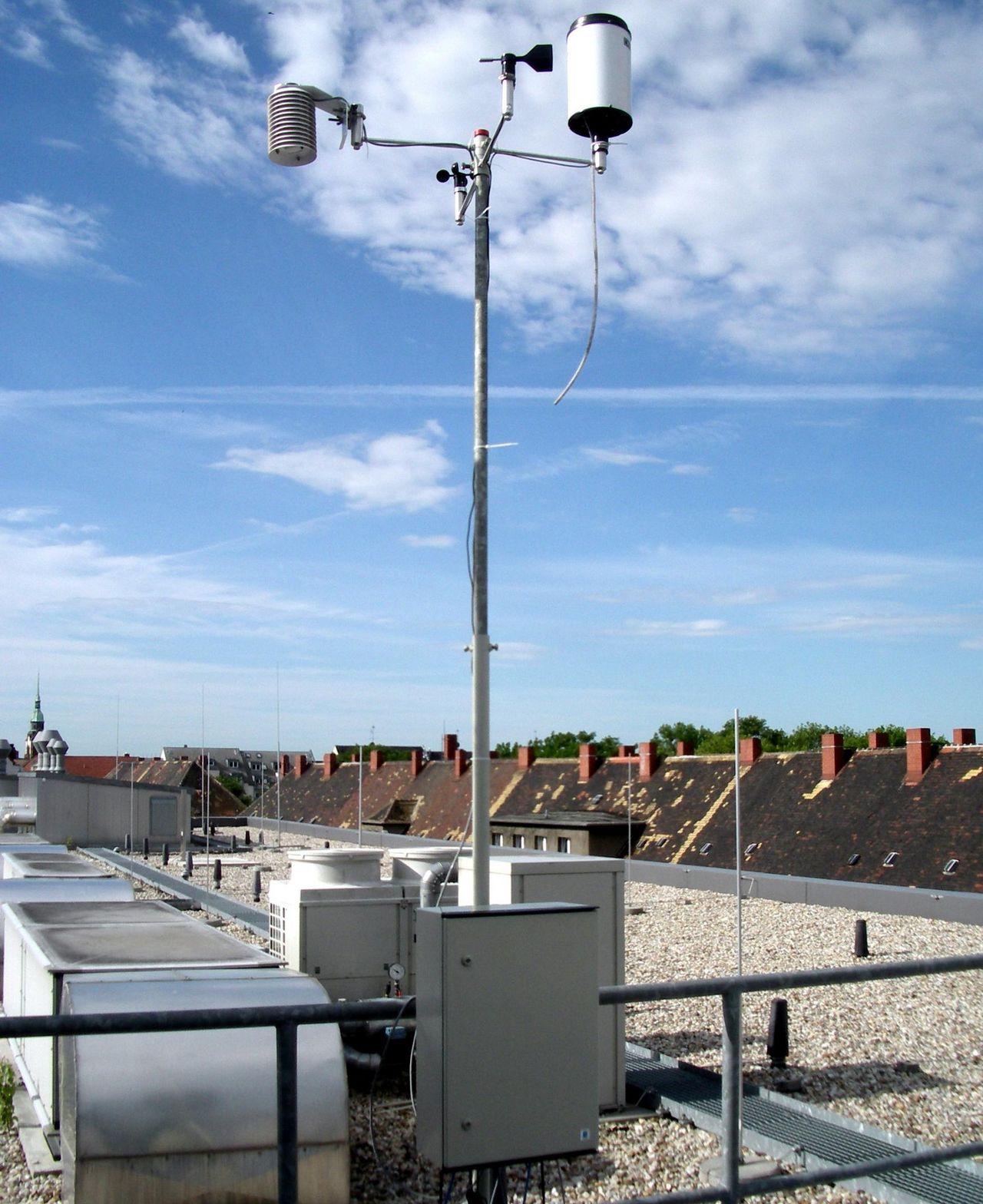 mobile Wetterstation auf dem Dach der Htwk Leipzig